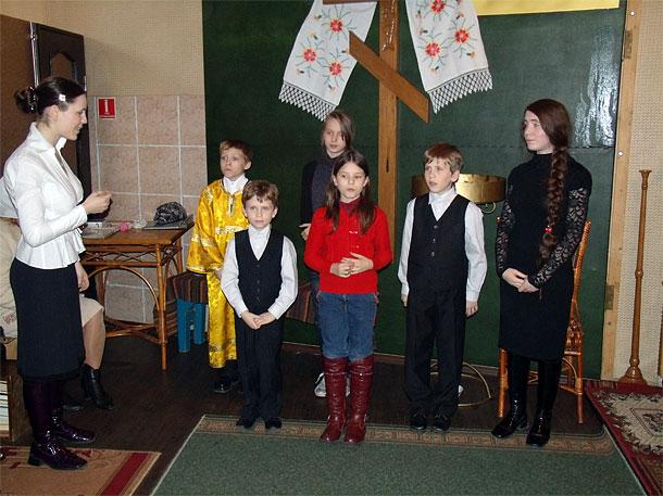 Выступает детский хор